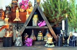 与黑蜡烛,不可思议的瓶,草本的巫婆桌 免版税库存照片
