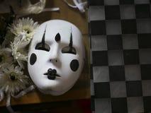 与黑装饰的白色狂欢节面具 免版税库存照片