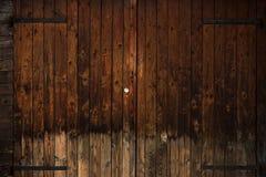 与黑铁铰链的老木门 图库摄影
