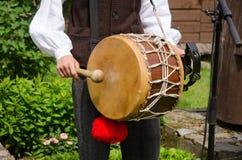 与鼓和棍子的鼓手戏剧民间音乐 免版税库存图片