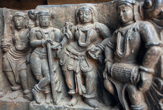 与鼓手和人听的音乐的老石雕塑 12世纪Hoysaleshwara寺庙的安心在印度 库存图片