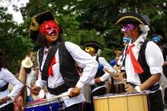 与鼓欢迎狂欢节的滑稽的海盗陆军 免版税库存照片