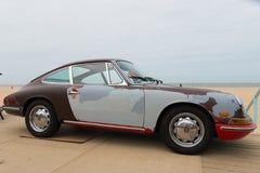 与鼠看起来的经典保时捷模型912停放在空气在斯海弗宁恩冷却了汽车展示会 库存图片