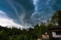 与龙卷风的多暴风雨的天气 库存图片