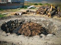 与龙舌兰杉木pinas的亦称烤箱在龙舌兰酒生产的过程,瓦哈卡,墨西哥 免版税图库摄影