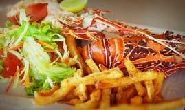 与龙虾和菜的一个盘 库存图片