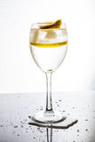 与水、冰和柠檬的一块玻璃 免版税库存图片
