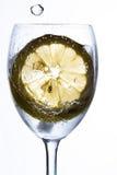 与水、冰和柠檬的一块玻璃 免版税库存照片