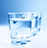 与水、营养和医疗保健概念的三块饮料玻璃 免版税库存照片