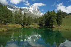 与登上Cervino (马塔角)的湖蓝色在背景 库存图片
