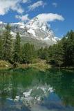 与登上Cervino (马塔角)的湖蓝色在背景 免版税库存照片