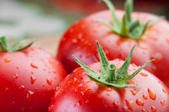 与水下落的两个新鲜的蕃茄 免版税库存照片