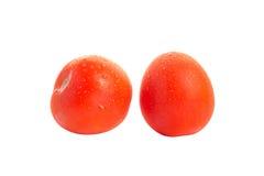 与水下落的两个红色被隔绝的蕃茄 免版税图库摄影