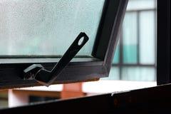 与水下落的开窗口在玻璃 免版税库存照片