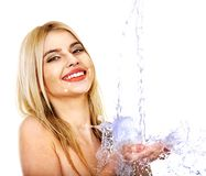 与水下落的湿妇女面孔。 库存照片