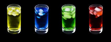 与4份不同色的寒冷饮料的4水晶玻璃 库存照片