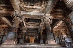 与12世纪寺庙Hoysaleswara,印度的天花板和专栏的内部 寺庙由曷萨拉王朝的国王兴建 免版税库存图片