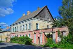 与18世纪的结尾的门的城市庄园在Bakunina街道上的在Torzhok市,俄罗斯 库存照片