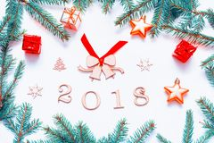 与2018个图的新年2018年背景,圣诞节戏弄,冷杉分支新的年2018年构成 免版税库存照片
