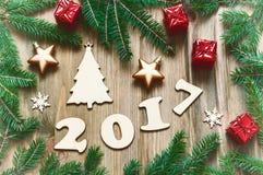 与2017个图的新年快乐2017年背景,圣诞节戏弄,冷杉分支-在葡萄酒口气的新年2017年静物画 免版税库存图片