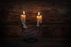 与2个圣诞节蜡烛的木背景 低调照明设备 免版税库存照片