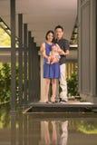 与5个月大儿子的年轻亚洲中国家庭 图库摄影