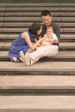 与5个月大儿子的年轻亚洲中国家庭 库存照片