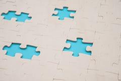 与4个片断的七巧板在蓝色丢失了 库存图片