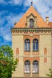 与5个窗口和砖门面的大厦 免版税库存图片