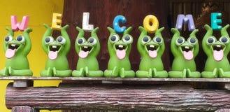 与7个绿色木偶的花梢字体 库存照片