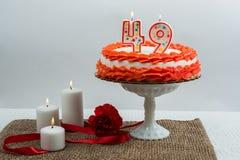 与49个蜡烛的结霜的蛋糕 图库摄影