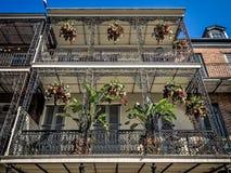 与2个阳台的老大厦法国街区的 免版税库存图片