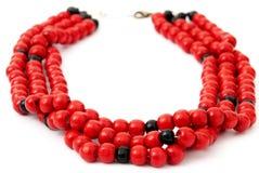 与黑串珠的项链的红色,隔绝在白色 免版税库存照片