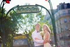 与巴黎人地铁标志的已婚夫妇 库存图片