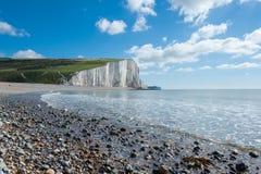 与令人惊讶的白色云彩的海岸视图 免版税库存图片