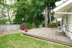 与轻便折叠躺椅的木露台区域 免版税图库摄影