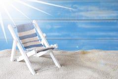 与轻便折叠躺椅的晴朗的夏天贺卡 免版税库存图片