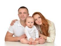 与婴儿女婴的年轻家庭 免版税库存照片