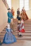 与巴洛克式的衣裳的时装模特在Venaria 库存图片