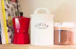 与经典意大利咖啡机器和糖p的一个木架子 免版税图库摄影