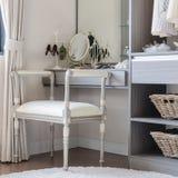 与经典椅子样式的豪华梳妆台 免版税库存图片