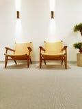 与经典藤条椅子的内部 免版税库存照片