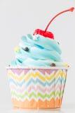 与结冰和巧克力的杯形蛋糕在白色背景 库存照片