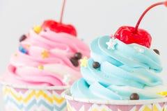 与结冰和巧克力的杯形蛋糕在白色背景 库存图片