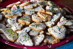 与结冰的圣诞节曲奇饼和洒 库存照片