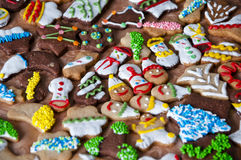 与结冰的圣诞节曲奇饼和洒 免版税库存图片