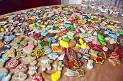 与结冰的圣诞节曲奇饼和洒 免版税图库摄影