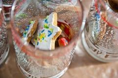与结冰的圣诞节曲奇饼在玻璃 免版税库存照片