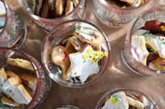 与结冰的圣诞节曲奇饼在玻璃 库存照片