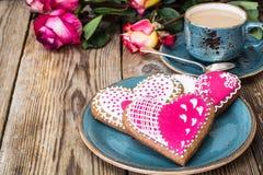 与结冰的姜饼心脏对Valentinov天 免版税库存照片